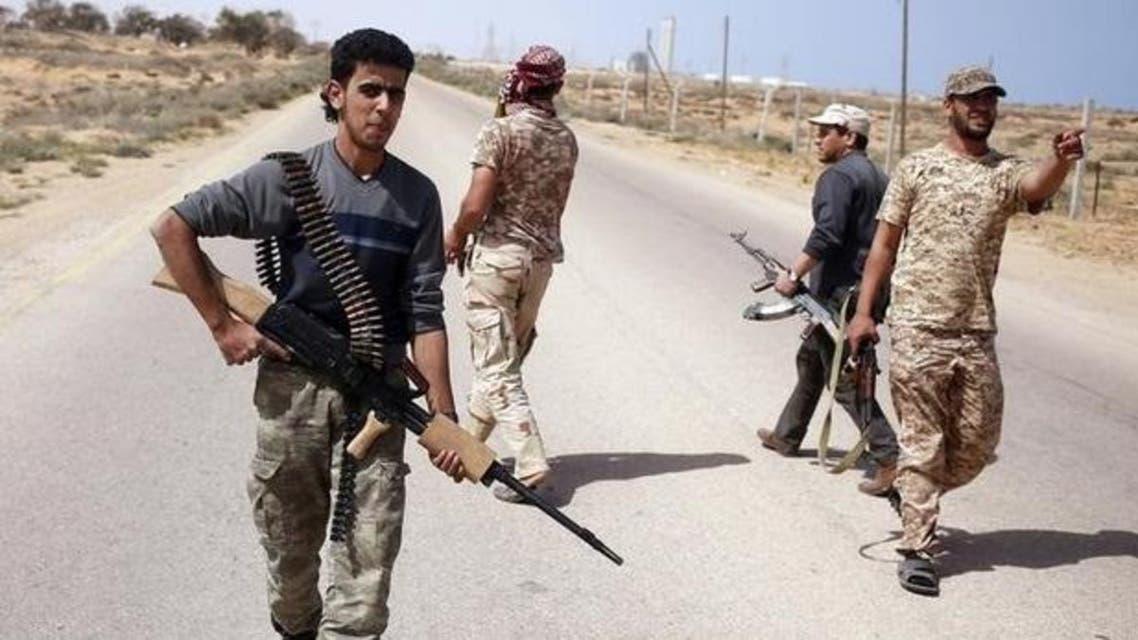 مقاتلون من قوات فجر ليبيا يبحثون عن مواقع تنظيم الدولة الإسلامية خلال عمليات استطلاع في سرت