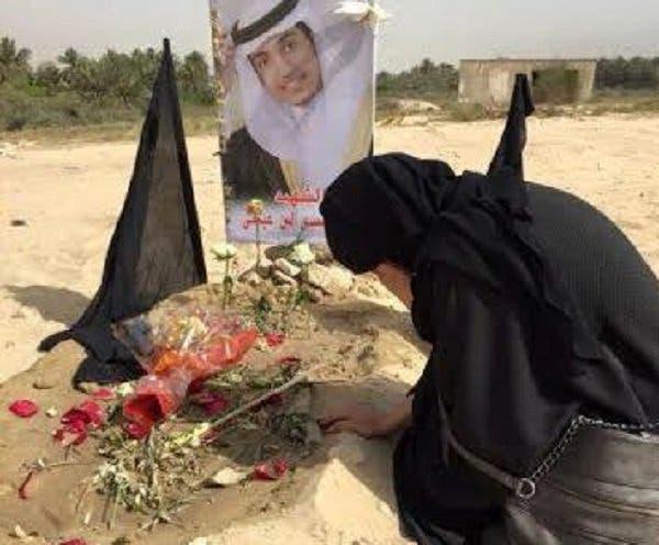 كوثر الأربش تبكي على قبر ابنها محمد العيسى