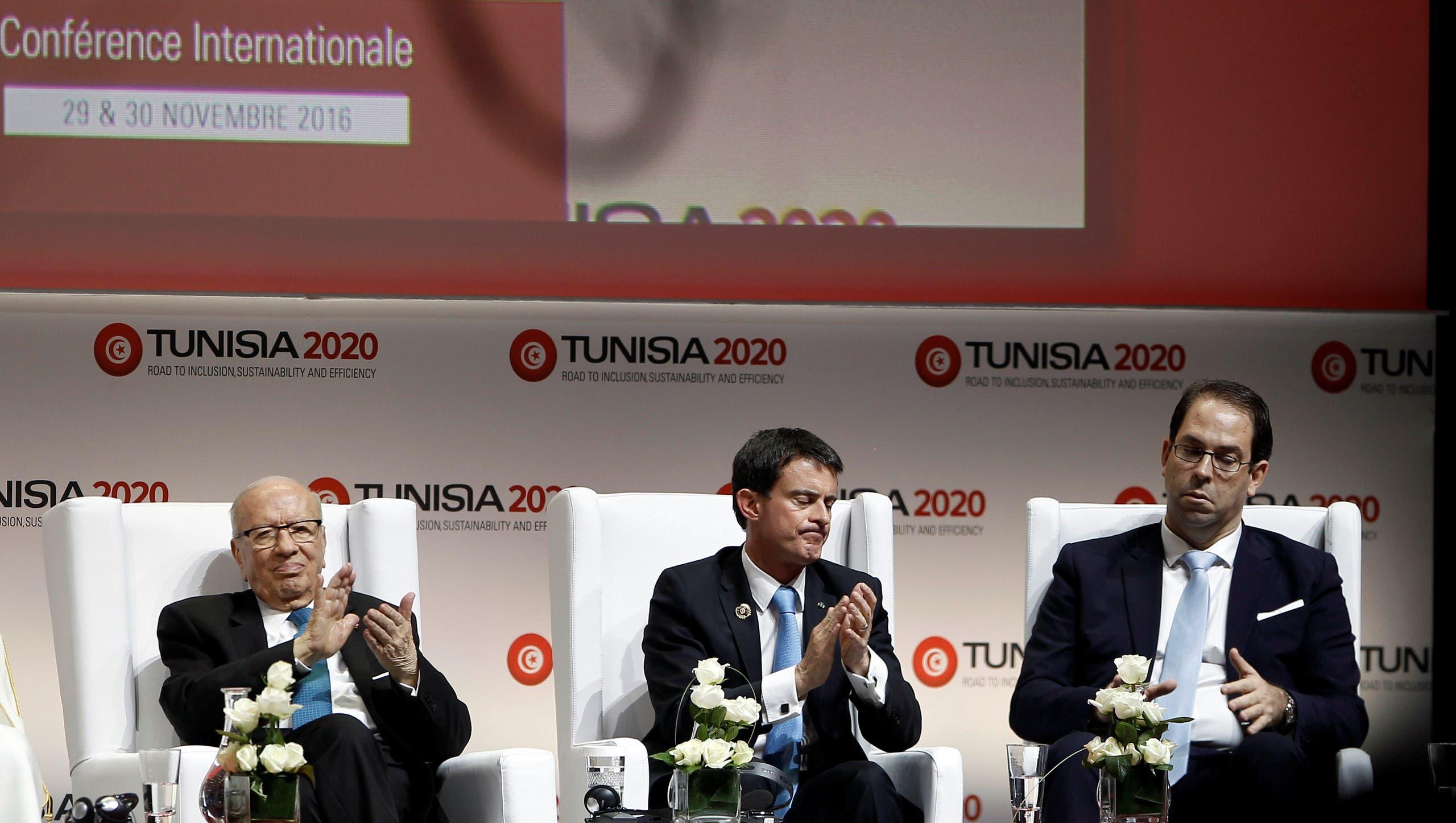السبسي والشاهد مع رئيس الوزراء الفرنسي مانيول فالس في المؤتمر
