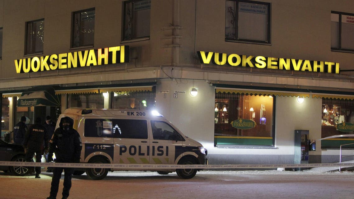 Police guards the area where three people were killed in a shooting incident at a restaurant in Imatra, eastern Finland, after midnight on December 4, 2016. إطلاق نار في فلندا ايماترا على حدود روسيا