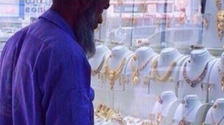 Cleaner showered with gifts by Saudis after ridiculed for looking at gold