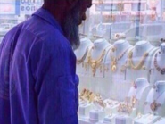 مغرد سخِر من نظرة عامل نظافة للذهب فأمطره السعوديون به