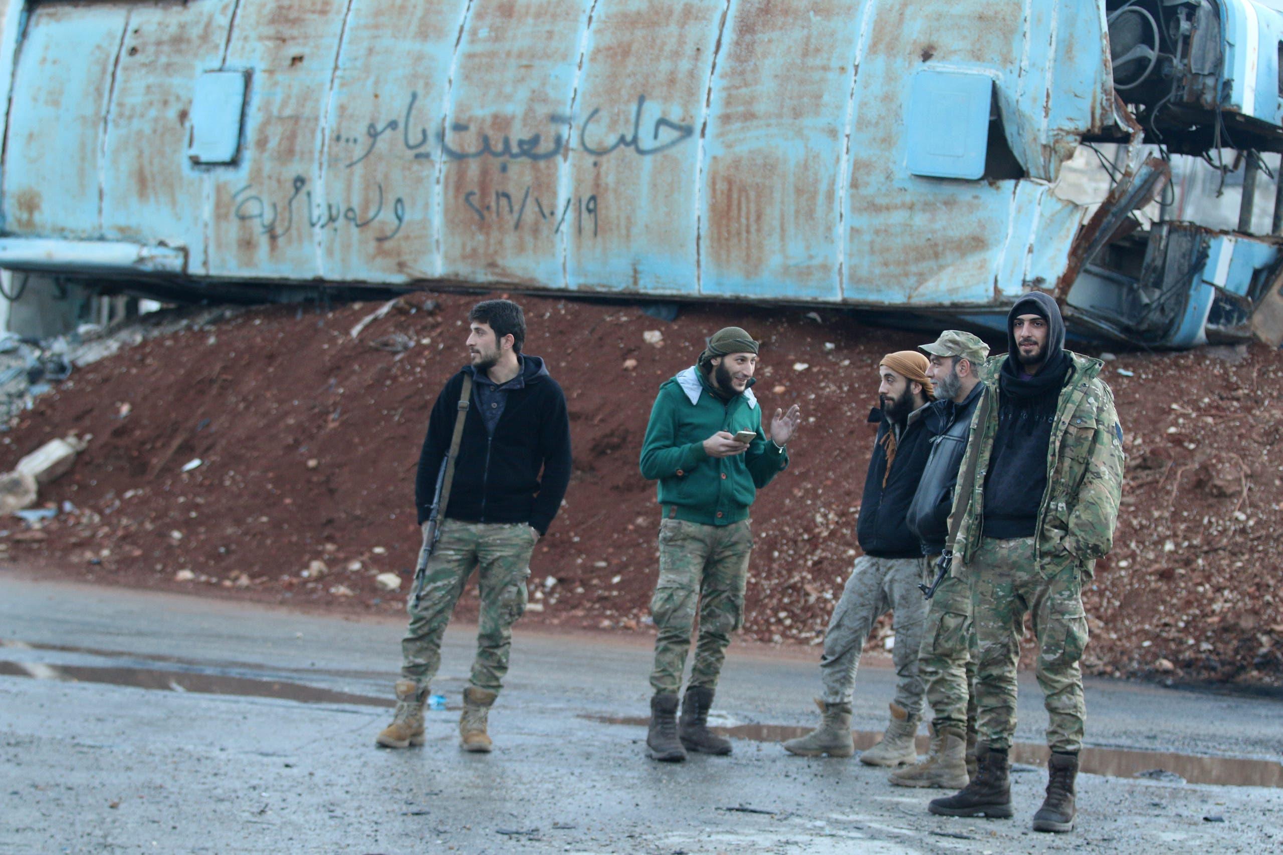 عناصر من المعارضة السورية في منطقة باب الحديد بحلب