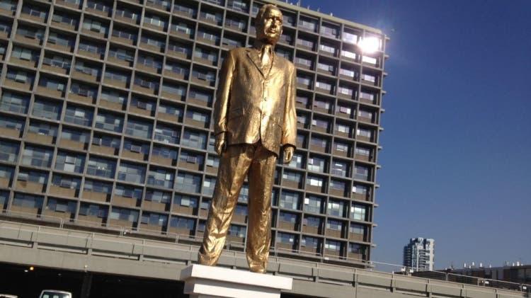تمثال نتنياهو الذهبي جذب الأنظار في تل أبيب