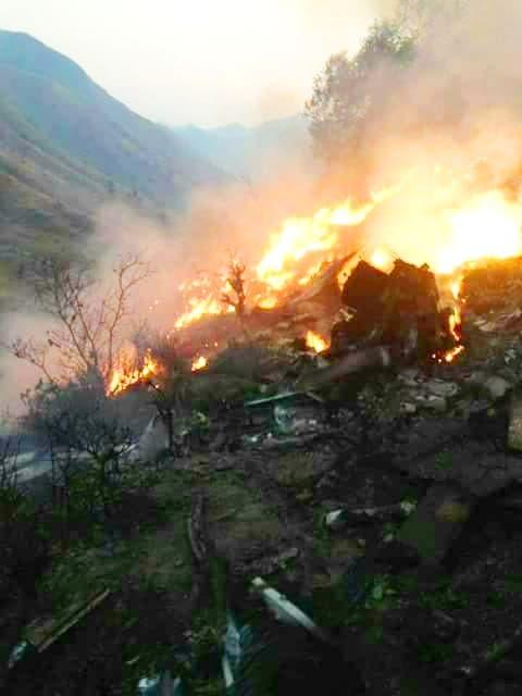حطام الطائرة وسط النيران