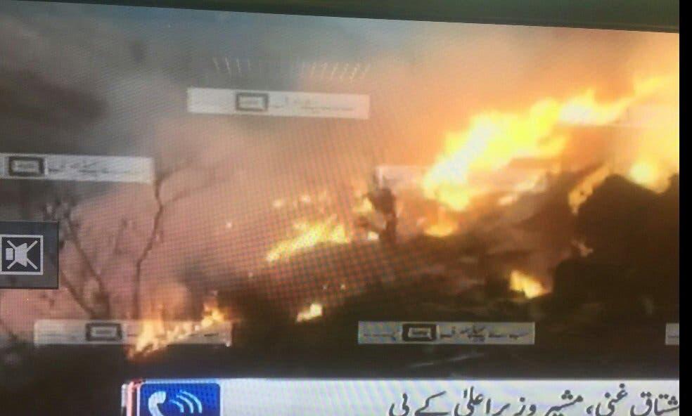 النيران مشتعلة في الطائرة المنكوبة