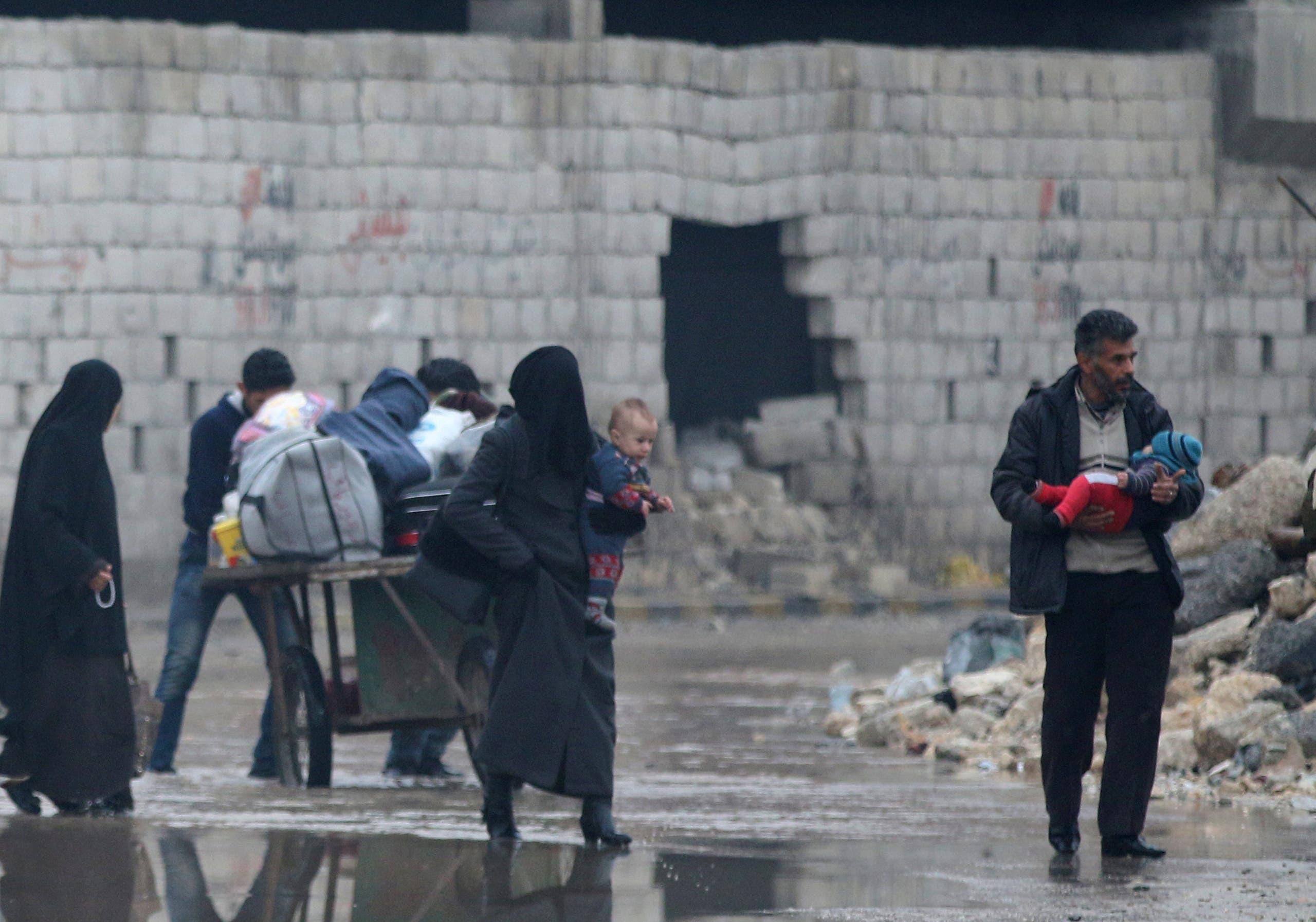 مدنيون يجمعون حاجاتهم ويهربون إلى عمق مناطق سيطرة المعارضة في حلب الشرقية