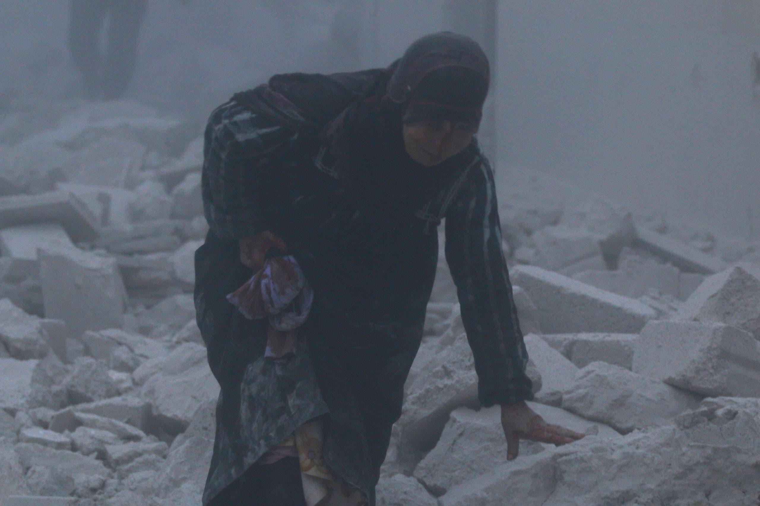 امرأة مصابة في غارة للنظام السوري على حلب (أرشيفية)