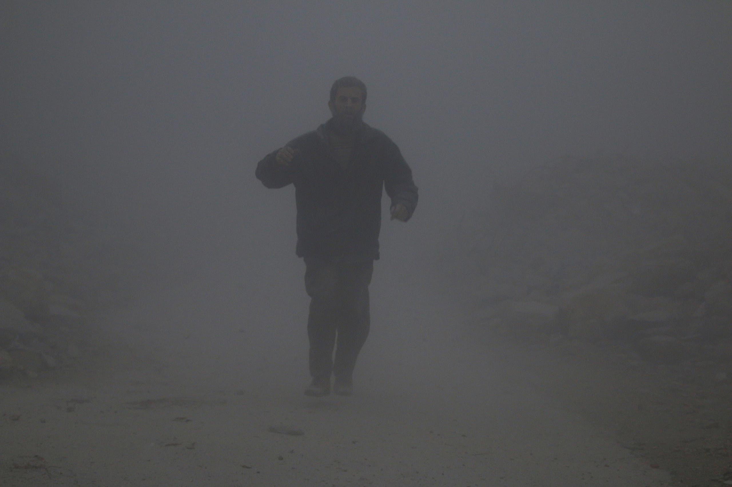 رجل يغطيه غبار الركام بعد غارة للنظام على حلب (أرشيفية)