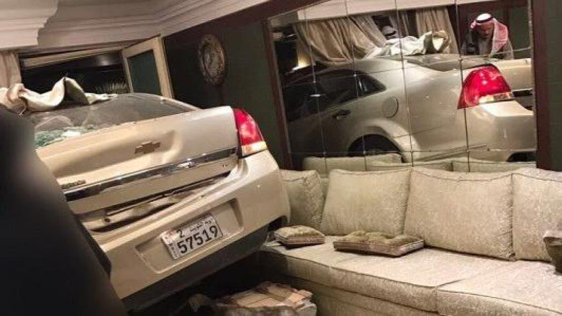 كيف اقتحمت هذه السيارة مجلس عزاء في الكويت
