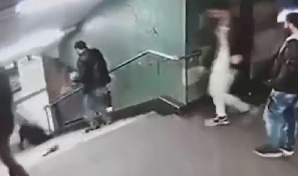 لقطة من الفيديو تظهر الفتاة بعد أن سقطت أسفل الدرج
