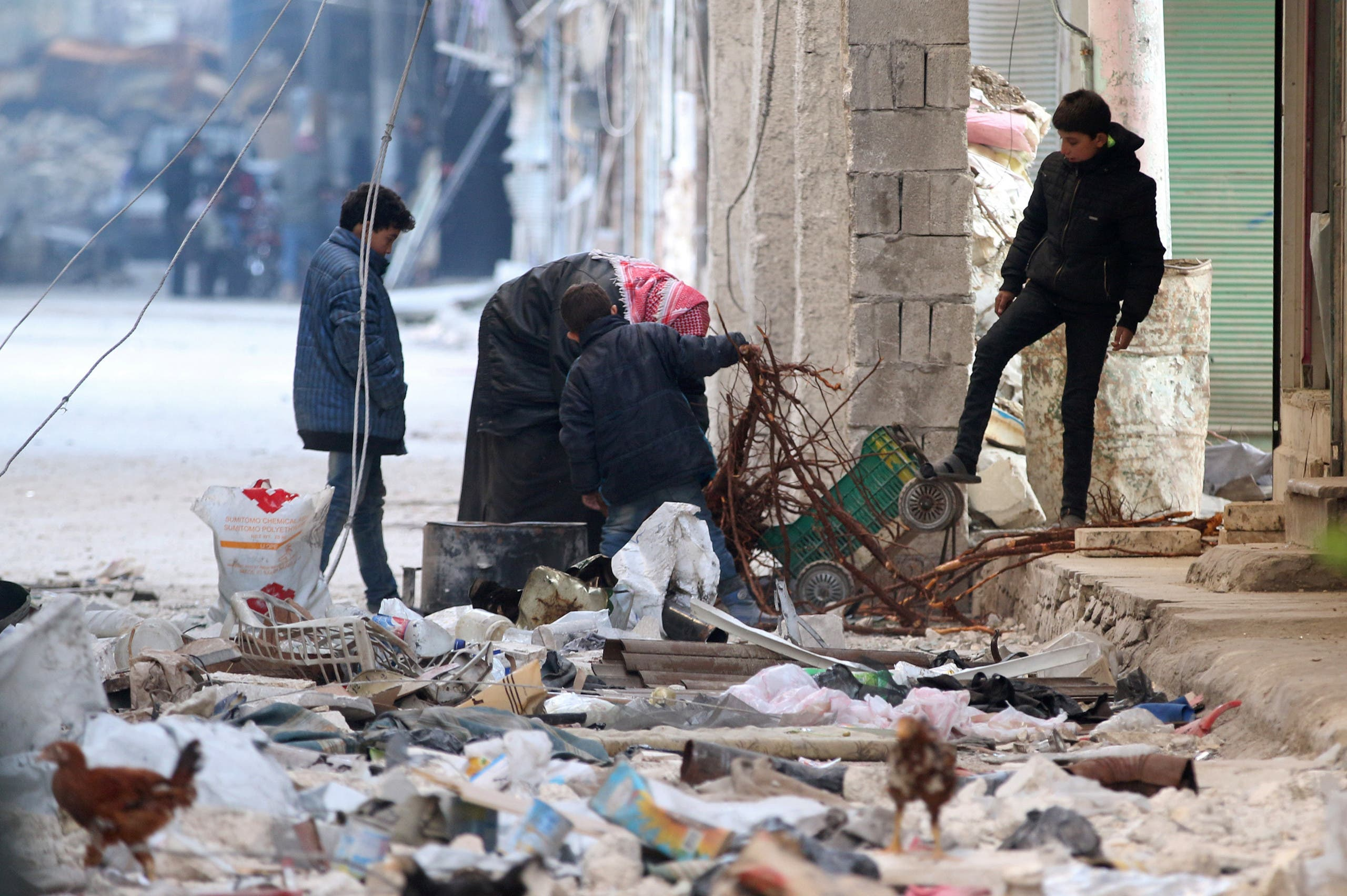 مدنيون يجمعون الحطب للتدفئة في منطقة تسيطر عليها المعارضة بحلب