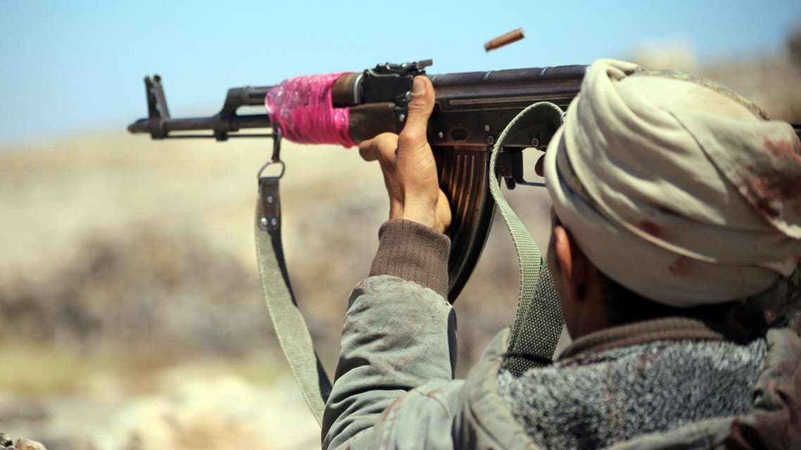 A Yemeni tribesman from the Popular Resistance Committee, supporting forces loyal to Yemen's Saudi-backed President Abedrabbo Mansour Hadi, fires a weapon in the country's third-city Taez during clashes with Shiite Huthi rebels, on November 1, 2016. AFP