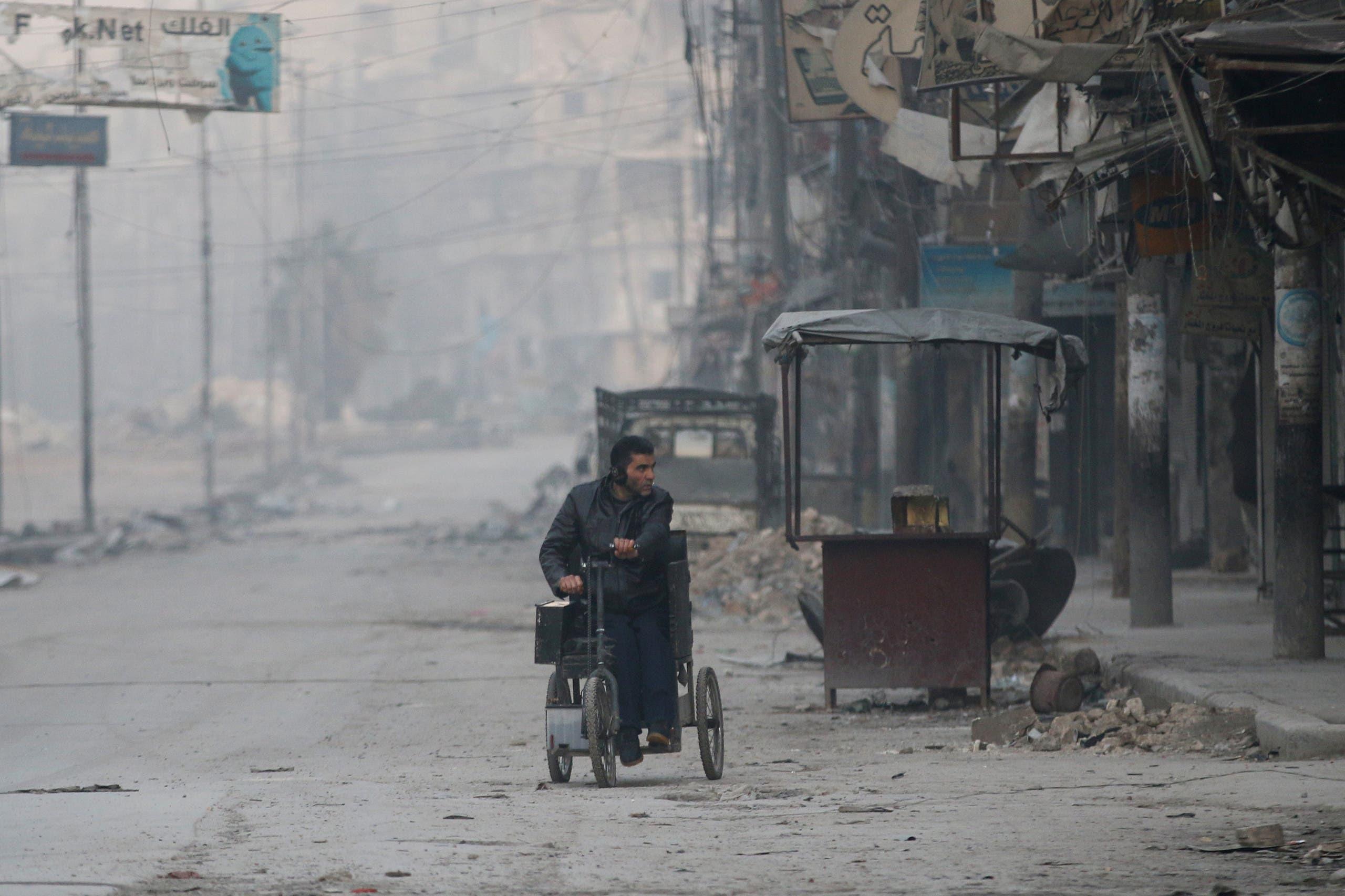 رجل يهرب ويدخل في عمق مناطق سيطرة المعارضة في حلب الشرقية
