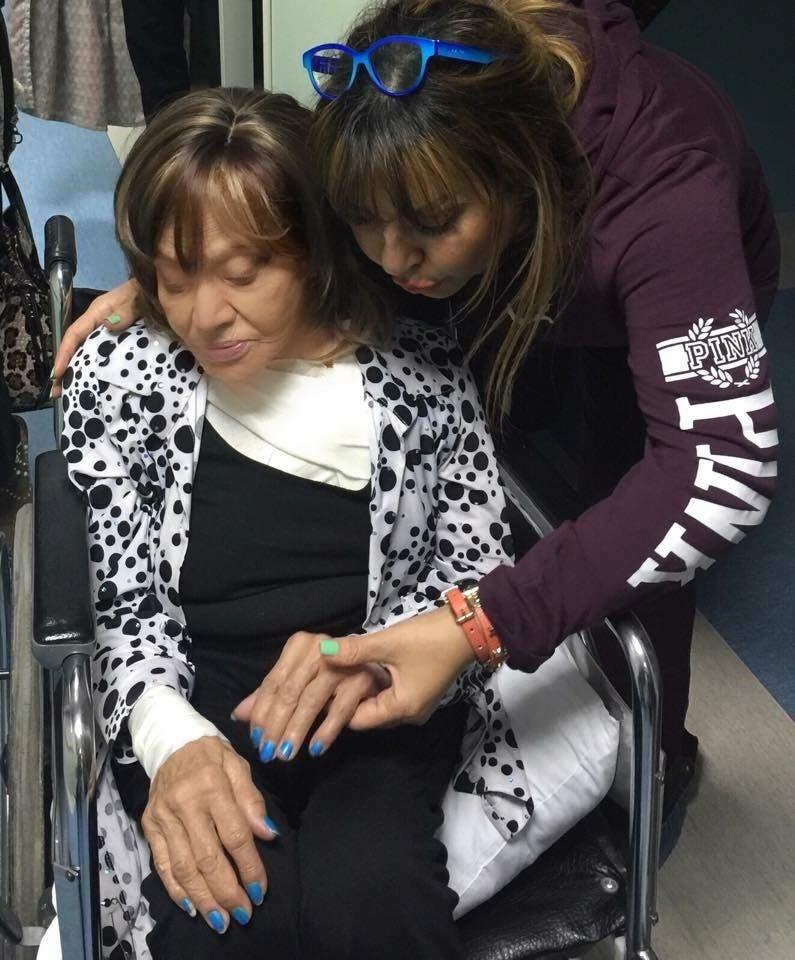 الفنانة ماجدة وابنتها لحظة خروجها من المستشفى