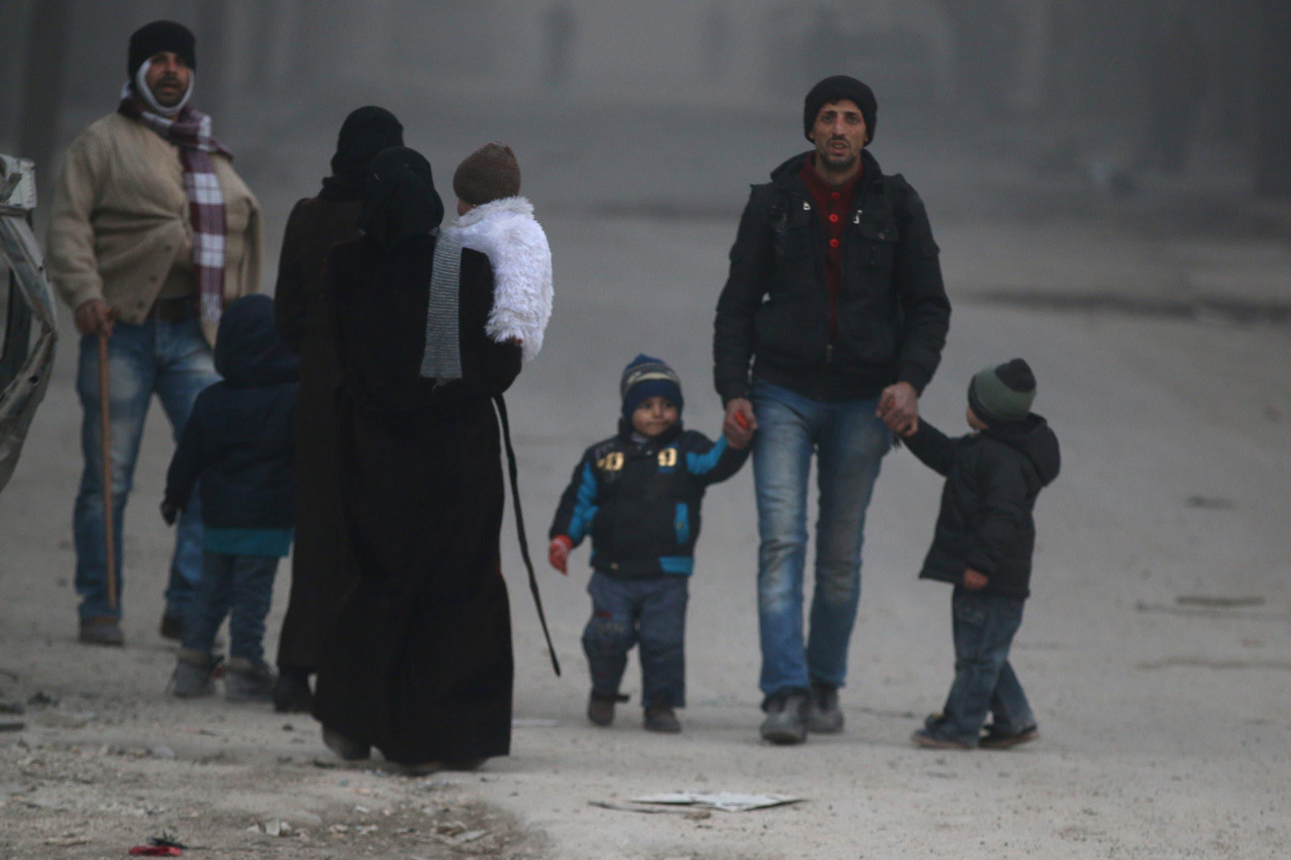 مدنيون يهربون ويدخلون عمق مناطق سيطرة المعارضة في حلب الشرقية