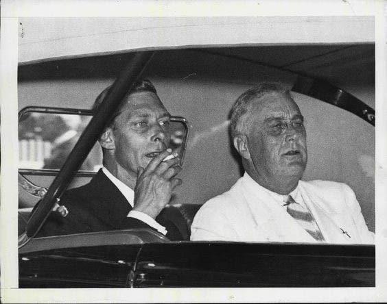 الملك جورج السادس يدخن داخل السيارة
