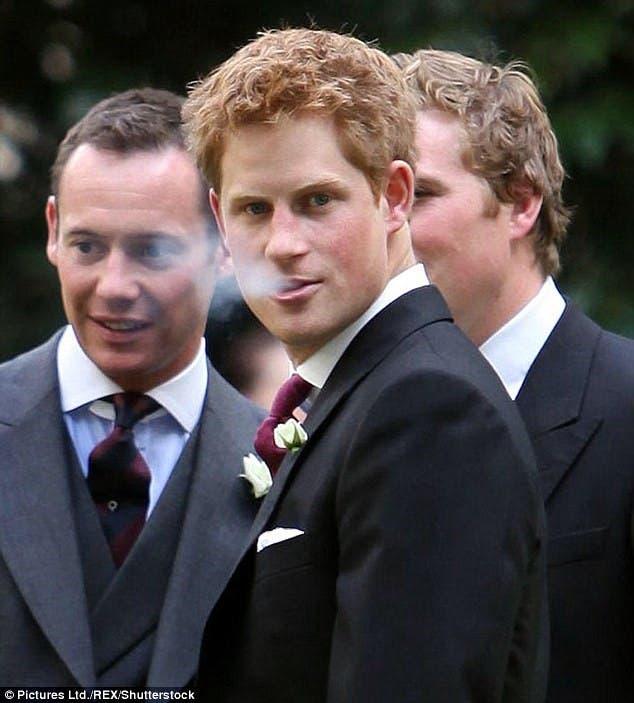 الأمير هاري يدخن