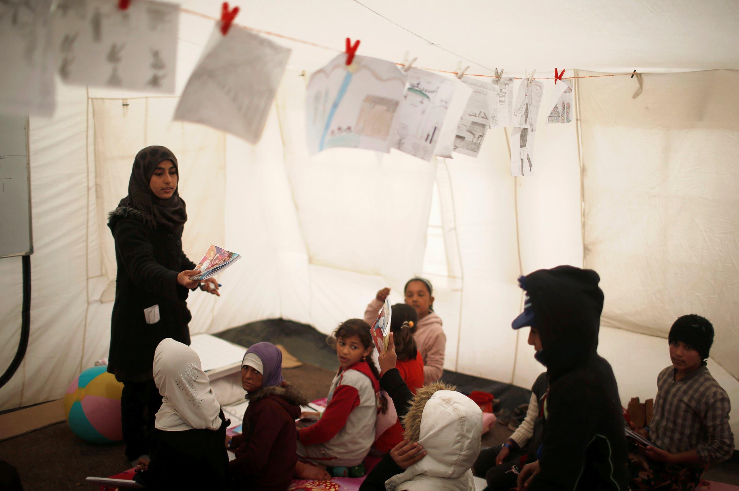 أطفال نازحون من الموصل داخل مدرسة في مخيم نزوحهم