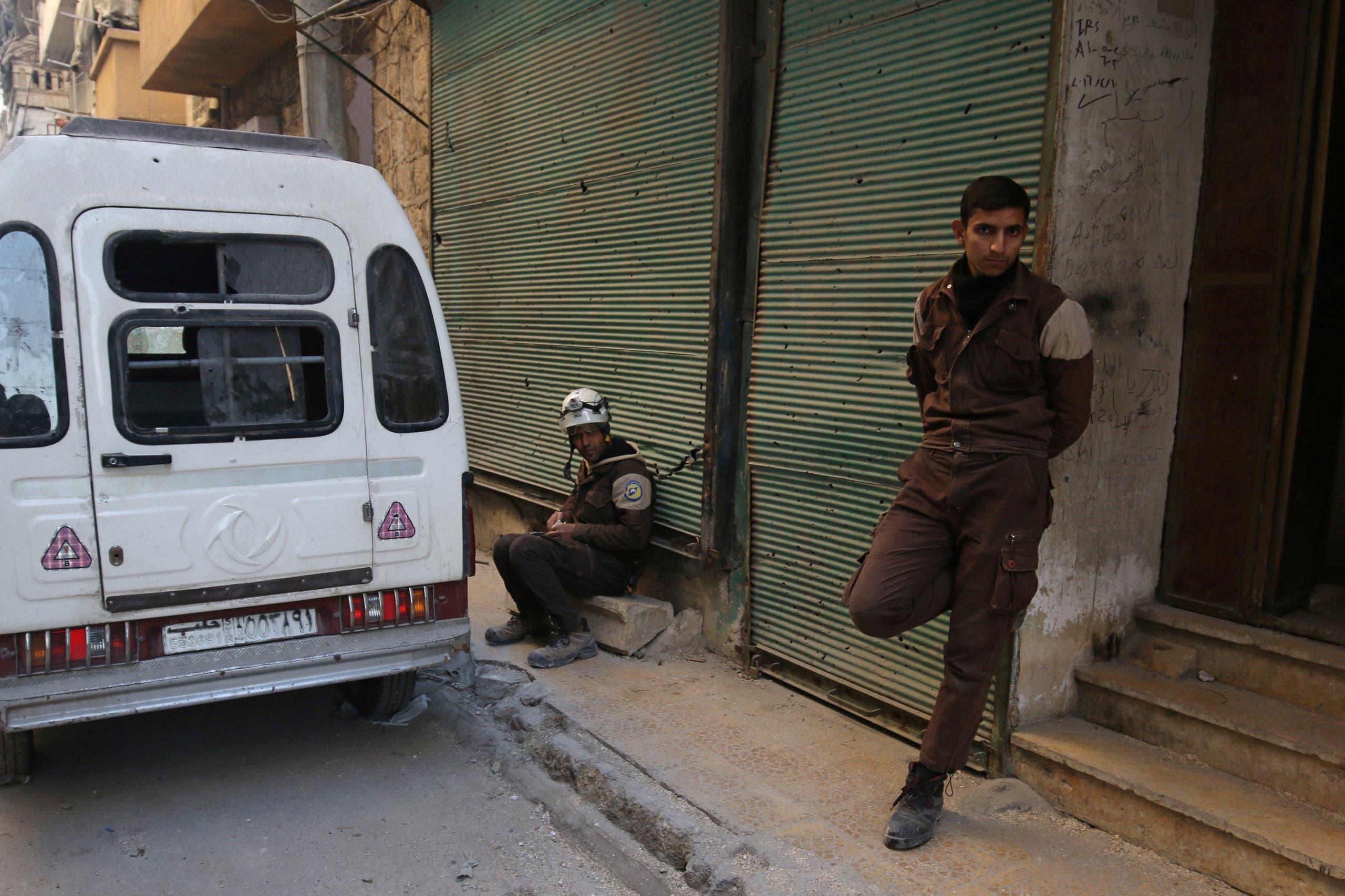 عنصران من الدفاع المدني في شرق حلب