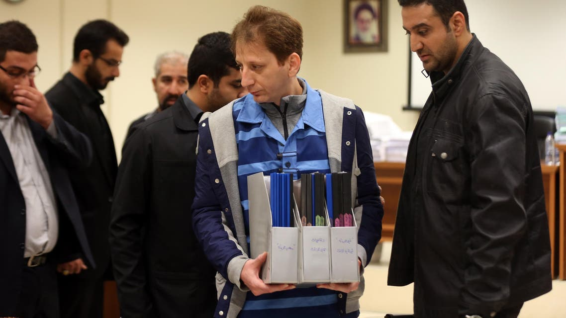 A picture made available on March 6, 2016 shows Iran's billionaire tycoon Babak Zanjani (C) in a court, in Tehran. The 41-year-old was convicted of fraud and economic crimes and as well as facing the death penalty he must repay money to the state, judiciary spokesman Gholam Hossein Mohseni-Ejeie said at his weekly press conference. Tasnim News / AFP