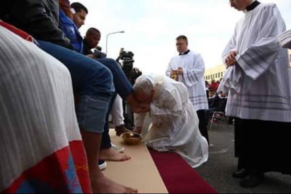 بابا الفاتيكان لحظة تقبيل قدم اللاجئ السوري محمد الحلبي