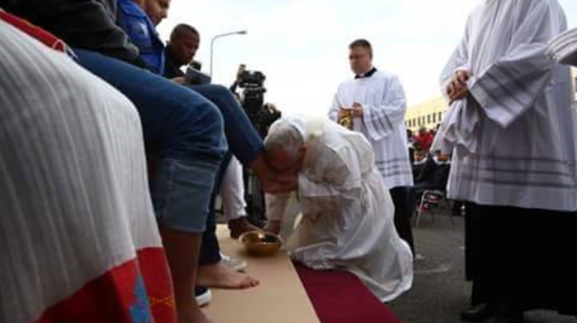 بابا الفاتيكان لحظة تقبيل قدمي اللاجئ السوري محمد الحلبي