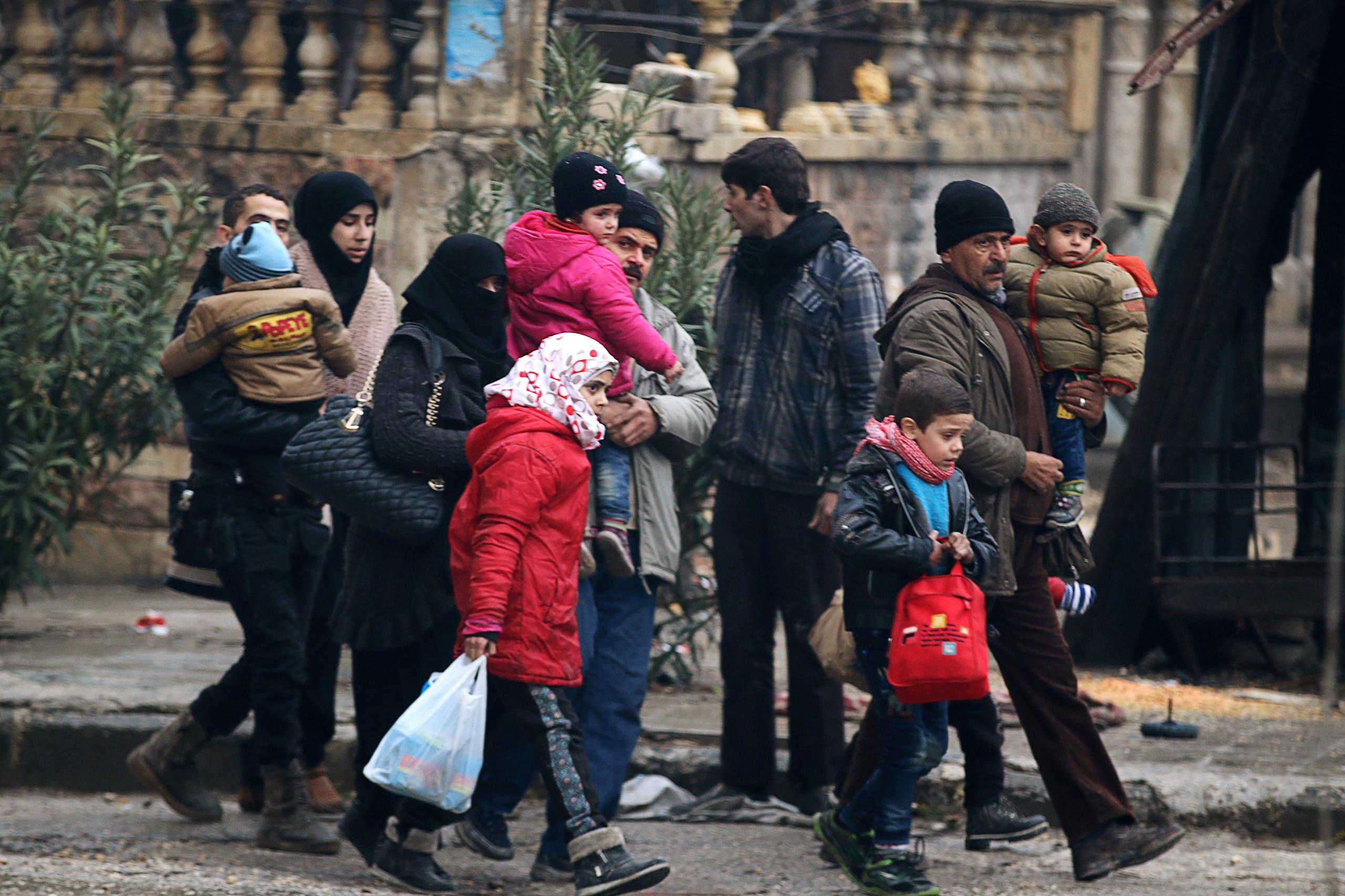 المدنيون يهربون من القصف ويدخلون في عمق مناطق سيطرة المعارضة في شرق حلب (أرشيفية)
