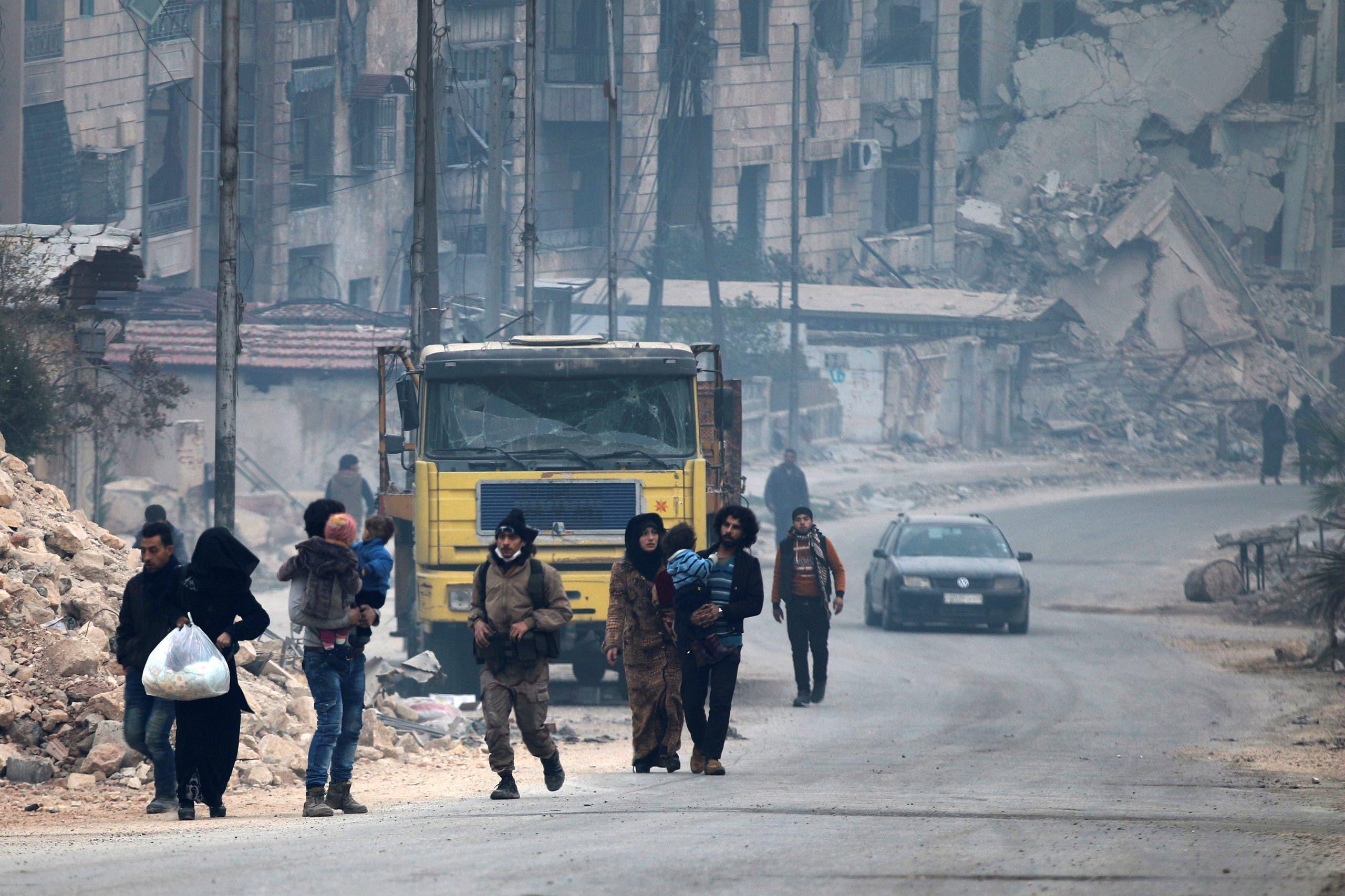 مدنيون يهربون من القصف ويدخلون في عمق مناطق سيطرة المعارضة في حلب الشرقية