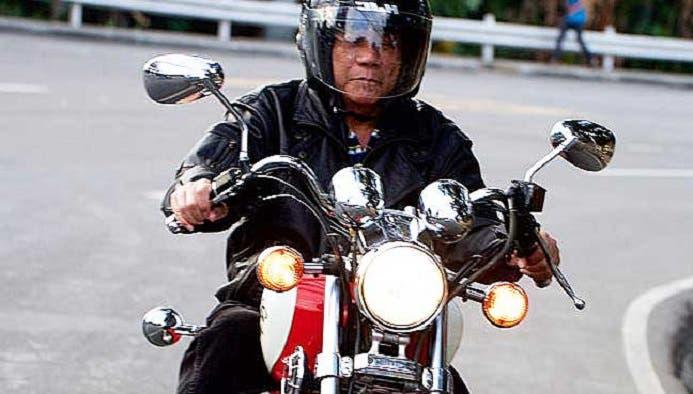 على دراجته قديما في دافاو ، حيث كان يبحث عمن يتشاجر معهم ليقتلهم
