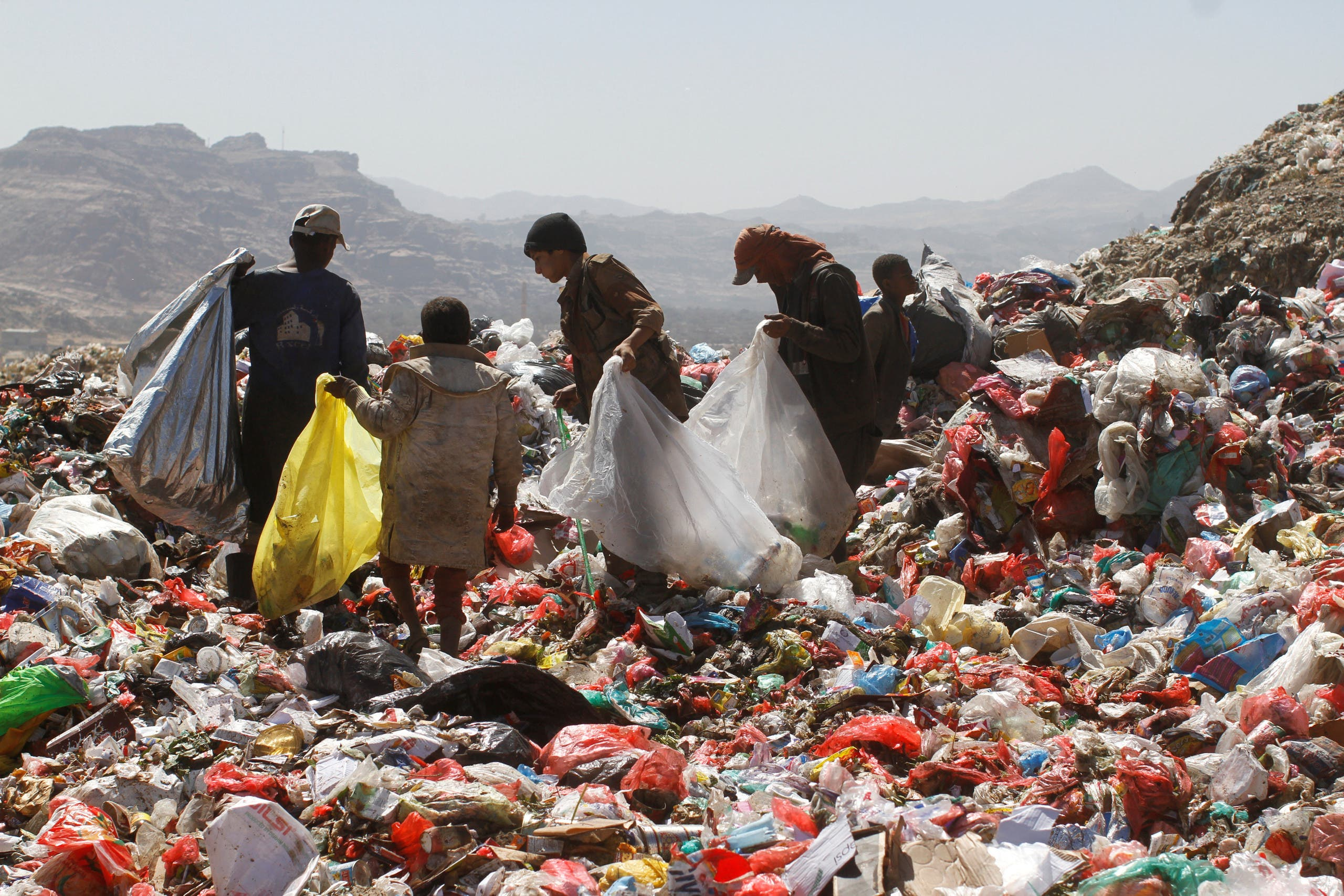 People collect recyclable items from piles of rubbish at a landfill site on the outskirts of Sanaa, Yemen November 16, 2016. (Reuters)
