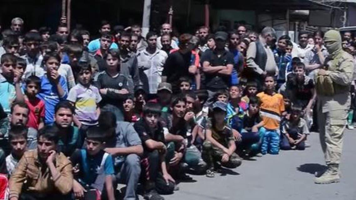 أحد عناصر داعش أمان حشد من المدنيين معظمهم من الأطفال الذين تجمعوا في حي الكرامة (أرشيفية)