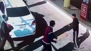 فيديو.. شاب سعودي يضرب عاملاً في محطة وقود