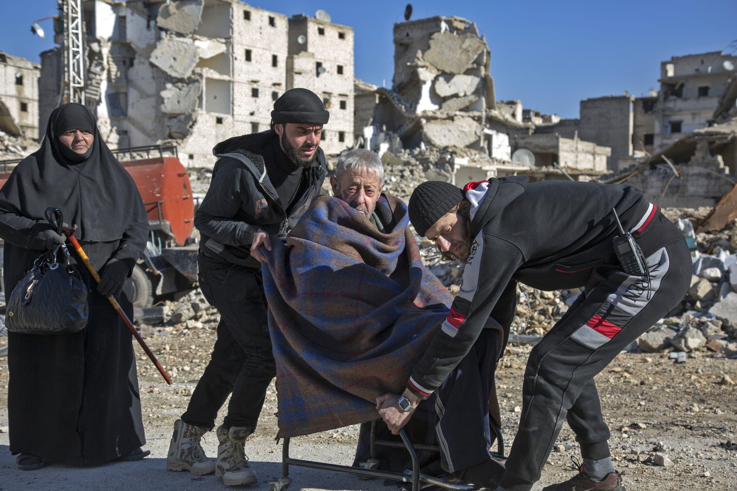 أثناء نزوح أحد كبار السن من مدينة حلب