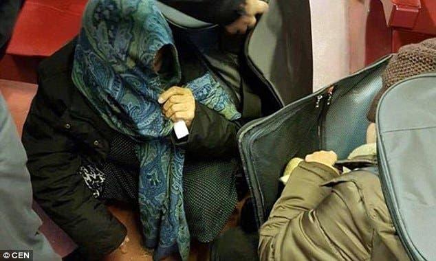 امرأة داخل حقيبة