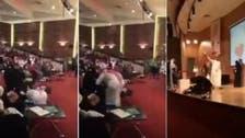 شاهد سعودي يقبل أقدام والدته في حفل تخرجه