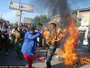 معلم يحرق نفسه عن طريق الخطأ في تظاهرة بالهند