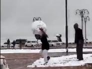 فيديوهات الثلج الطريفة في السعودية تكتسح مواقع التواصل