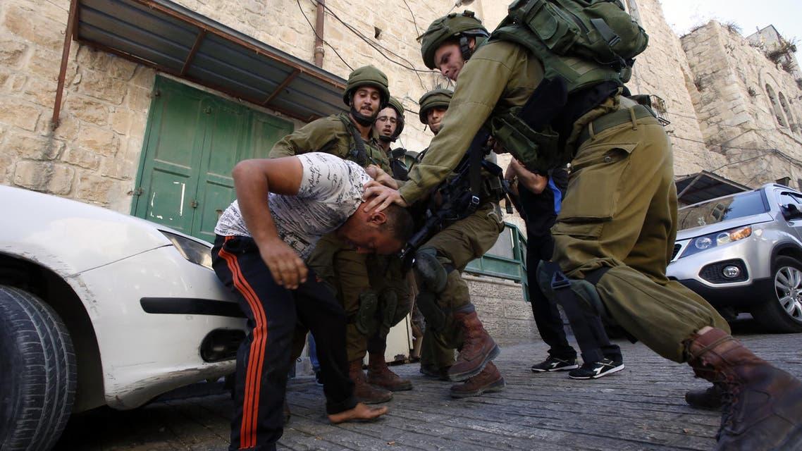 اعتقال فلسطيني في الخليل - فرانس برس