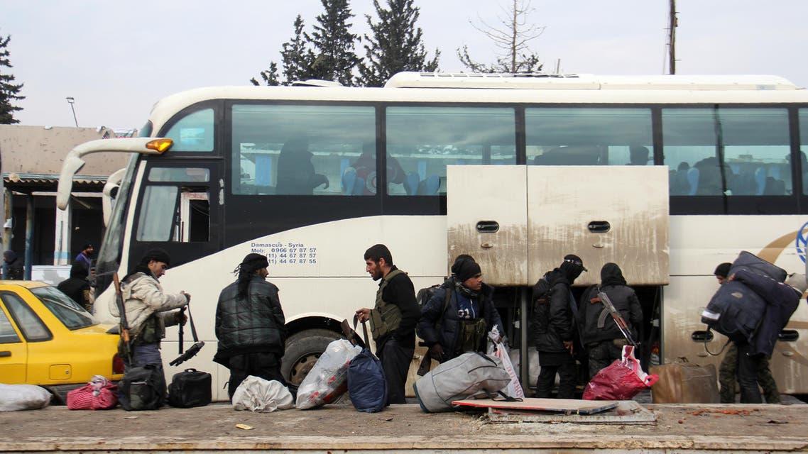 مقاتلون يخرجون من حلب فرانس برس
