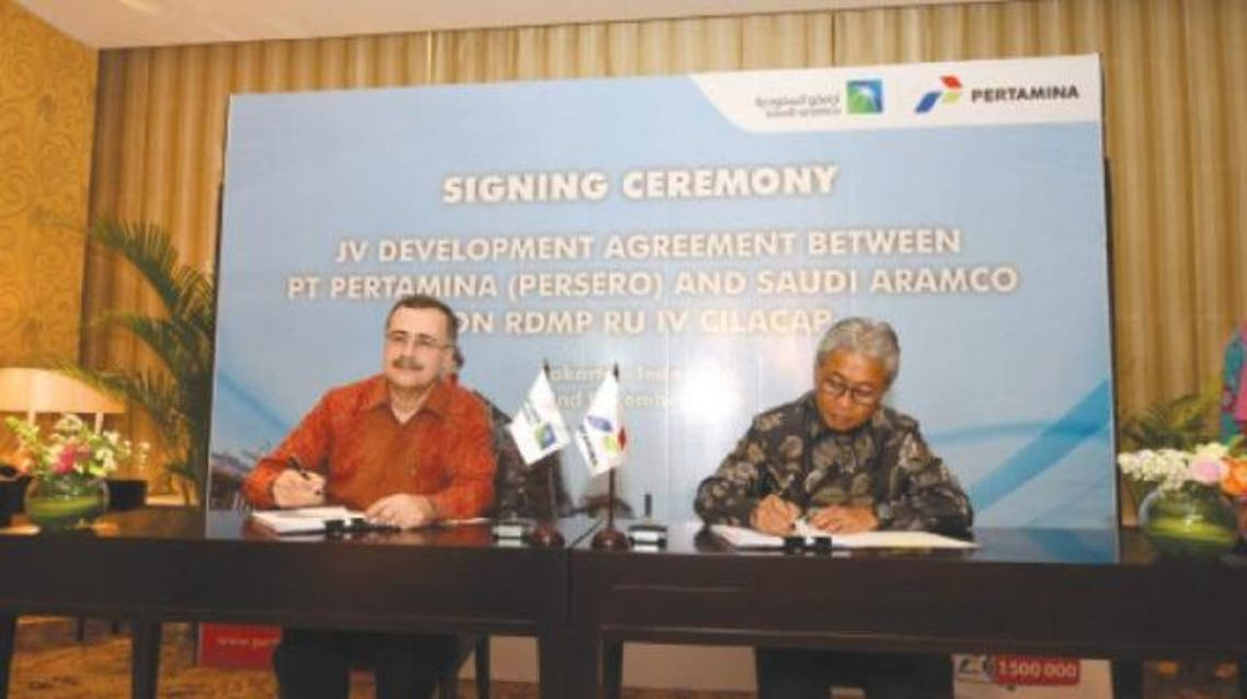 Saudi Aramco President and CEO Amin Nasser and Pertamina President-Director and CEO Dwi Soetjipto sign the agreement in Jakarta. ( Courtesy: Saudi Gazette)