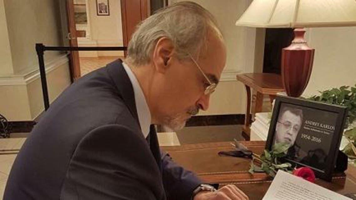 بشار الجعفري واضعاً صورة سفير روسيا الذي قتل في تركيا على مكتبه