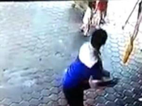 فيديو مذهل لوالد ينقذ طفليه من أمام سيارة مسرعة