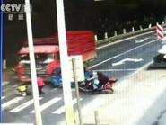 فيديو لرضيع تصدمه شاحنة بالصين فيخرج كالشعرة من العجين