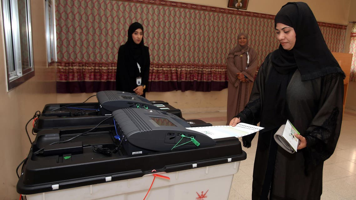 An Omani woman casts her ballot for the municipal elections, at a polling station in al-Suwayq, in northeastern Oman on December 25, 2016. (AFP)