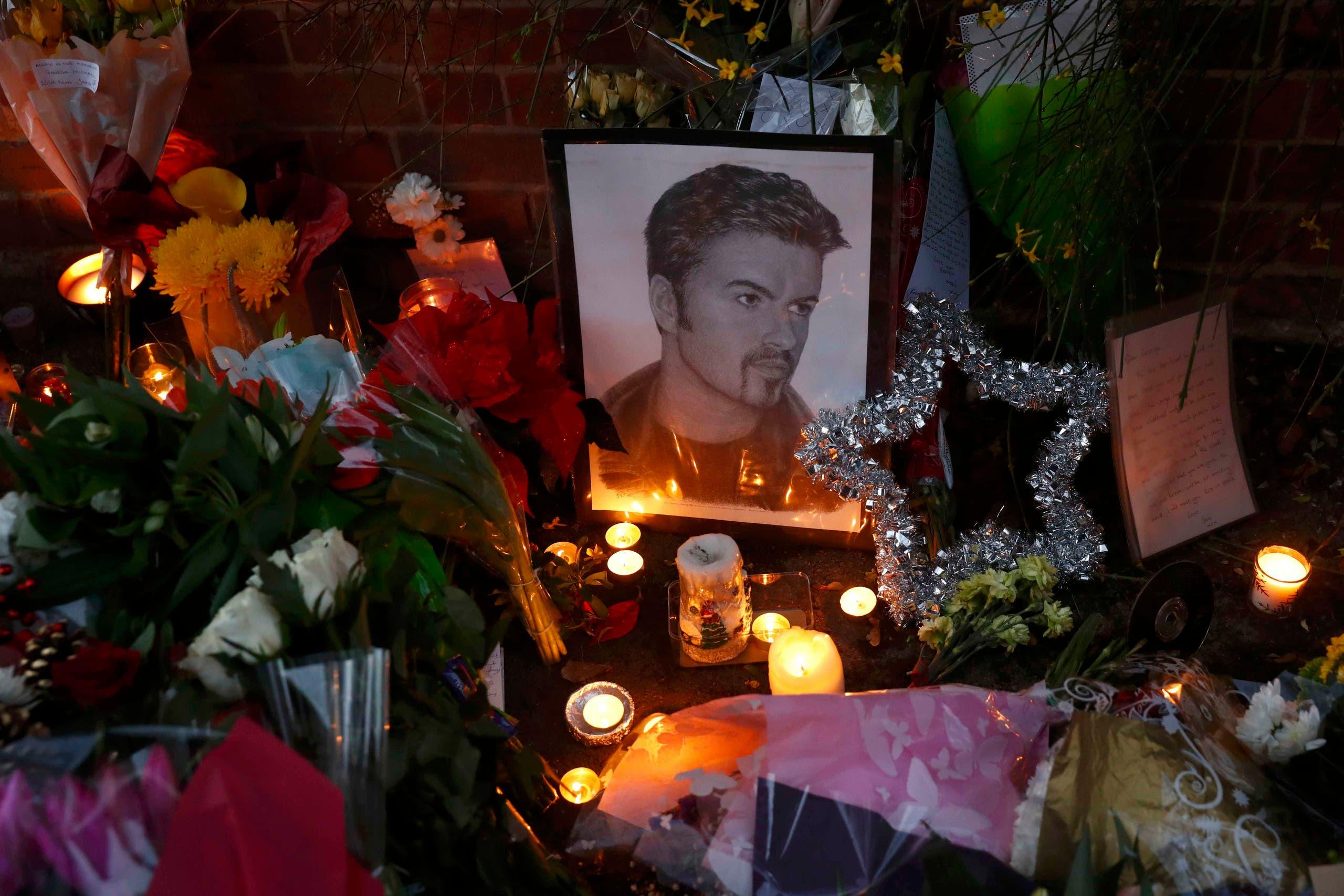 محبو جورج مايكل وضعوا أكاليل الزهور عند بيته