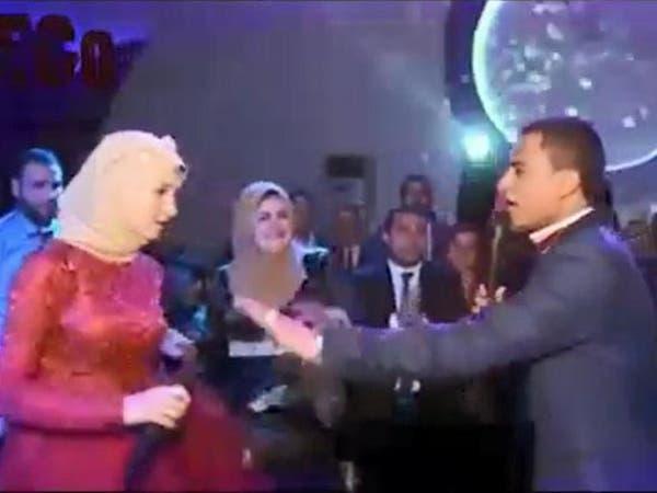 عروسان مصريان يشعلان مواقع التواصل بمشاجرة من نوع خاص