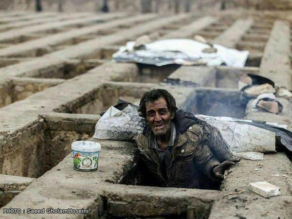 صور صادمة.. شرطة طهران تطرد فقراء يعيشون في قبور