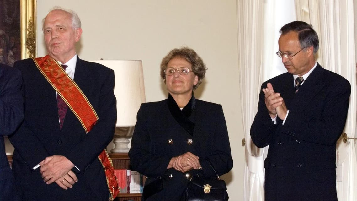German President Johannes Rau awarded the Grand German Cross to the outgoing German Bank President Hans Tietmeyer, left, in the Berlin Presidential Residence Monday, August 16, 1999. Second from left is Tietmeyer' s wife Marie-Helene. At right applaudes Finance Minister Hans Eichel. (AP)