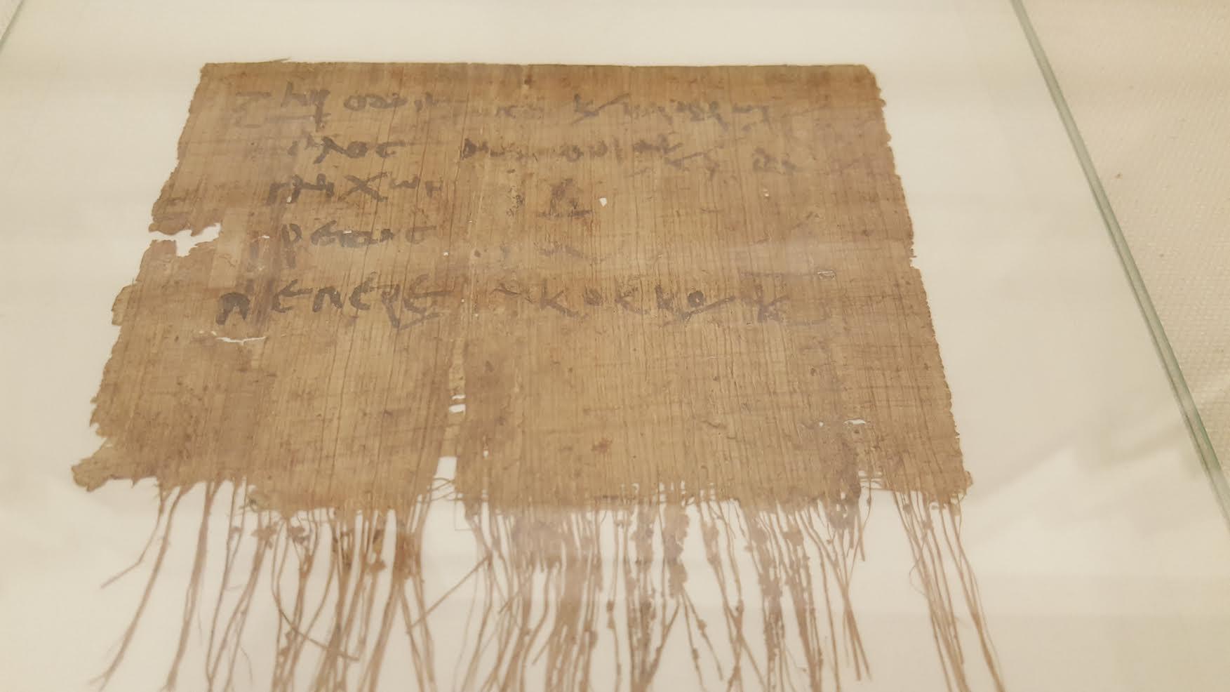 فرمول خمیر دندان مصری نوشته شده روی یک برگ پاپیروس